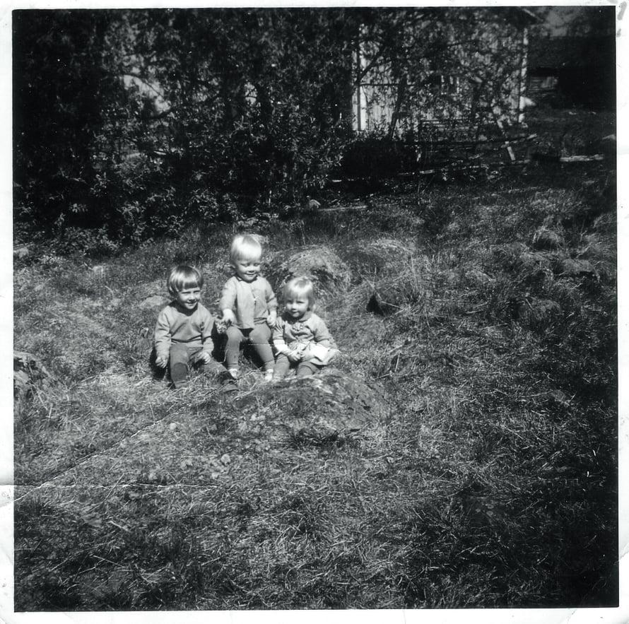 """Jouko on kuvassa keskellä. """"Vasemmalla puolellani on veljeni Arto ja oikealla kaksossisareni Pirjo. Minulla on kahdeksan sisarusta. Olimme kesäisin koko ajan ulkona."""""""