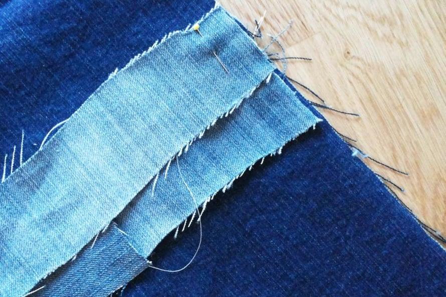 Laita ensimmäinen suikale/suikaleet nuppineuloilla kiinni aluskankaaseen niin, että suikaleen alareuna on kankaan puolivälissä eli 42 cm:ä yläreunasta. Ompele kiinni koneella. Seuraava kerros kiinnitetään niin, että suikaleet peittävät edellisen kerroksen tikkauksen. Jatka näin niin kauan, että puolet aluskankaasta on peitetty. Taita sitten kangas kaksinkerroin ja ompele koneella sivusaumat nurjalta puolelta. Käännä tyyny, täytä se ja ompele oikealta puolelta yläreunasta koneella kiinni. Voit kiinnittää tyynyyn myös vetoketjun tai sulkea sen nauhoilla.