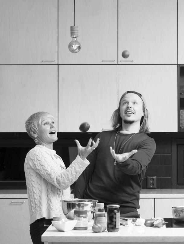 Jukka Rousu, 38, eli muusikko Jukka Poika asuu Turun Kakskerrassa. Hänen siskonsa   Nina Rousu, 45, on kiertänyt maailmaa ja asuu  diplomaattimiehensä ja kahden  poikansa kanssa Intiassa Delhissä.   Jukan perheeseen kuuluvat vaimo Teija Stormi ja kolme lasta edellisestä liitosta. Jukka on julkaissut vastikään singlen Ikivihree ja Nina kirjan Joko ollaan perillä.