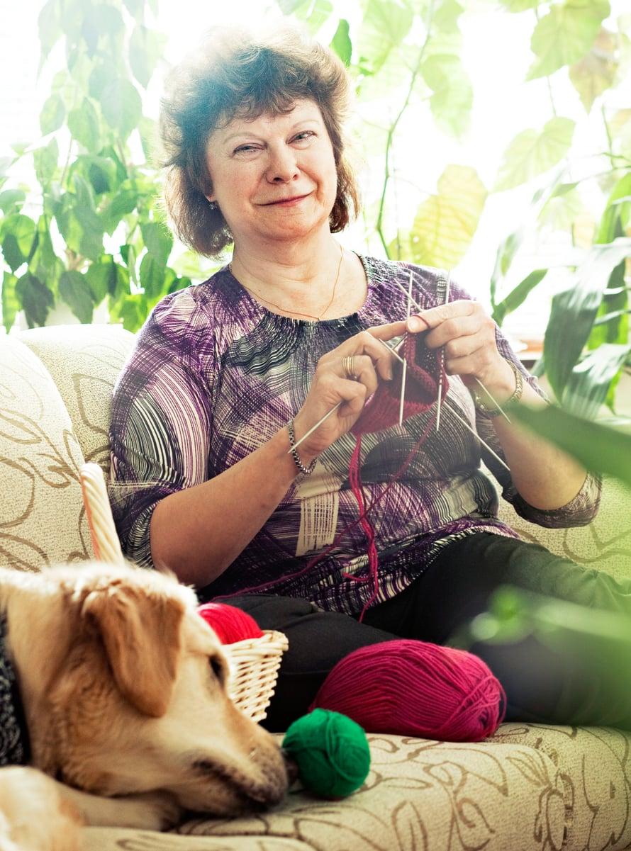 Ritva Kostilainen on 58-vuotias vantaalainen, joka neuloo sukkia ja hoitaa välillä tyttärensä koiraa.