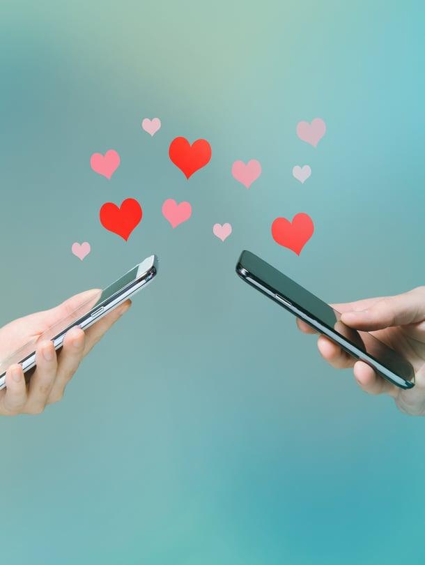 """""""Nykypäivänä rakkauspuhe voi usein olla myös viestittelyä. Kirjoitettu teksti, jopa Whatsapp- tai Messenger-viesti, on aina vähän painavampaa kommunikaatiota kuin spontaani puhe. Viesti on jalostetumpi, sillä siinä ei ole turhia välisanoja"""", parisuhdeasiantuntija Kaisa Humaljoki sanoo."""