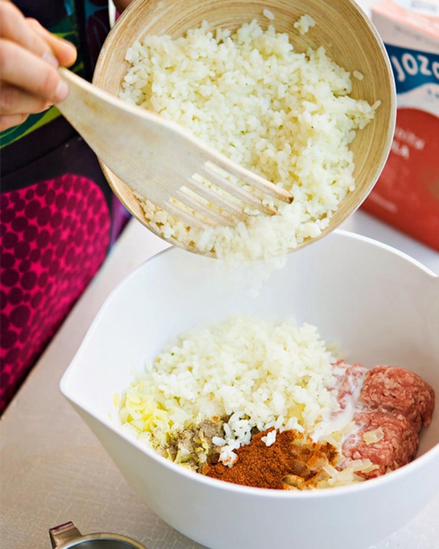 Keitä riisi tai ohrasuurimot kypsäksi kasvisliemessäja valuta ne. Hienonna kuorittu sipuli ja kuullota silppuapannulla öljyssä. Sekoita täyteaineet keskenään jaohenna seosta tarvittaessa kaalin keitinliemellä.