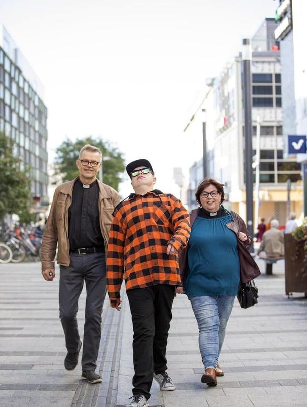 """""""Uunon sairastumiskriisin aikaan en osannut aavistaa, miten paljon iloa ja luovuutta tuleviin vuosiin mahtuisi"""", isä Markku Palosaari sanoo. Satu-äiti ajattelee samoin."""
