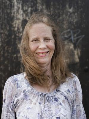 """Kati Outinen täyttää 17. elokuuta 60 vuotta. Hän viimeistelee omaelämäkertaansa Niin lähelle kuin muistan. Kati on paitsi näyttelijä, käsikirjoittaja ja ohjaaja myös kahden lapsenlapsen mumma. """"Nautin mummoudesta törkeän paljon."""""""