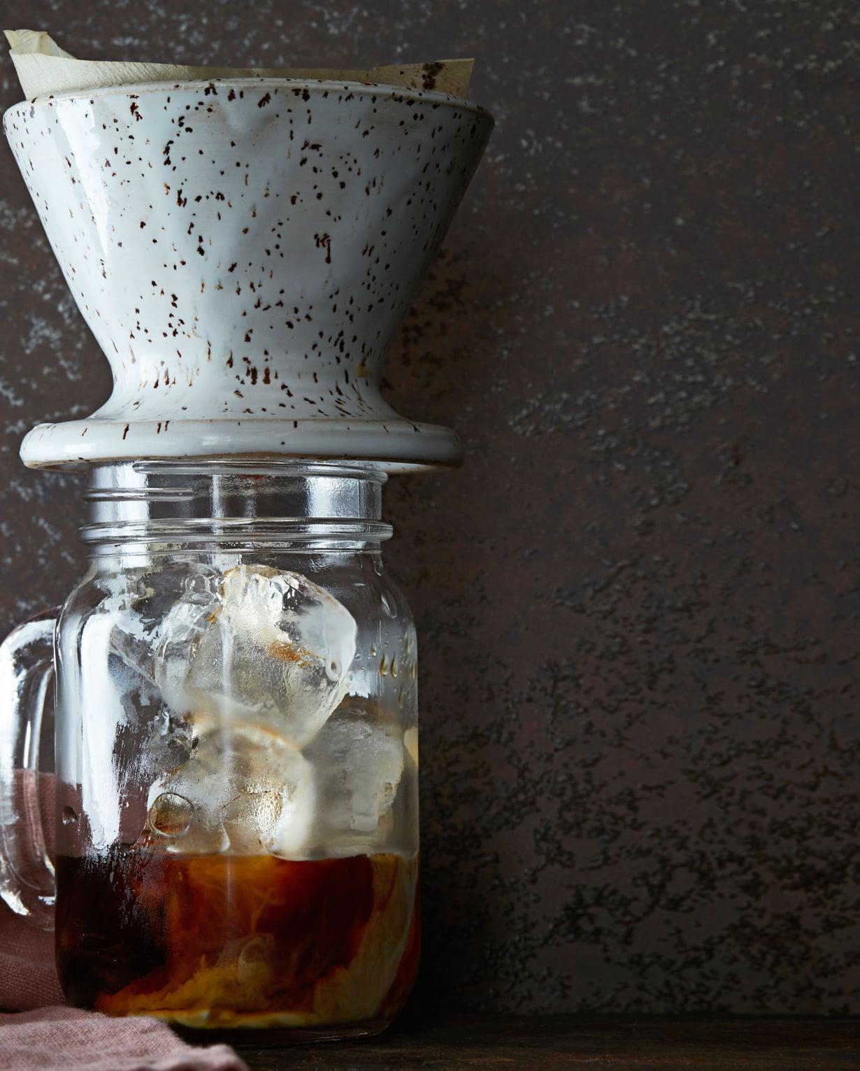 Kylmät kahvijuomat ovat hinnoissaan. On luksusta napata jääkaapista itse sekoitettu kylmä maitokahvi.