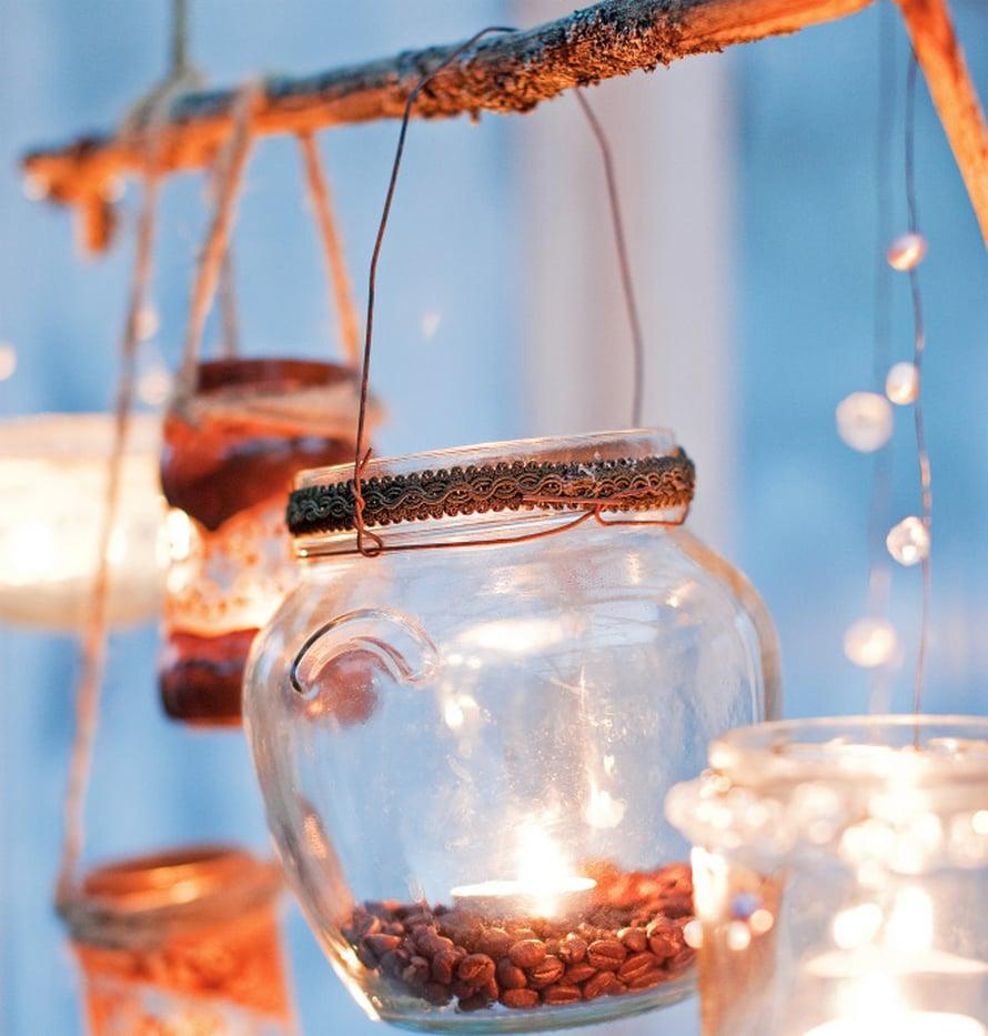 Purkin pohjalle siroteltujen kahvinpapujen sävyihin sopii ruosteinen ripustuslanka.