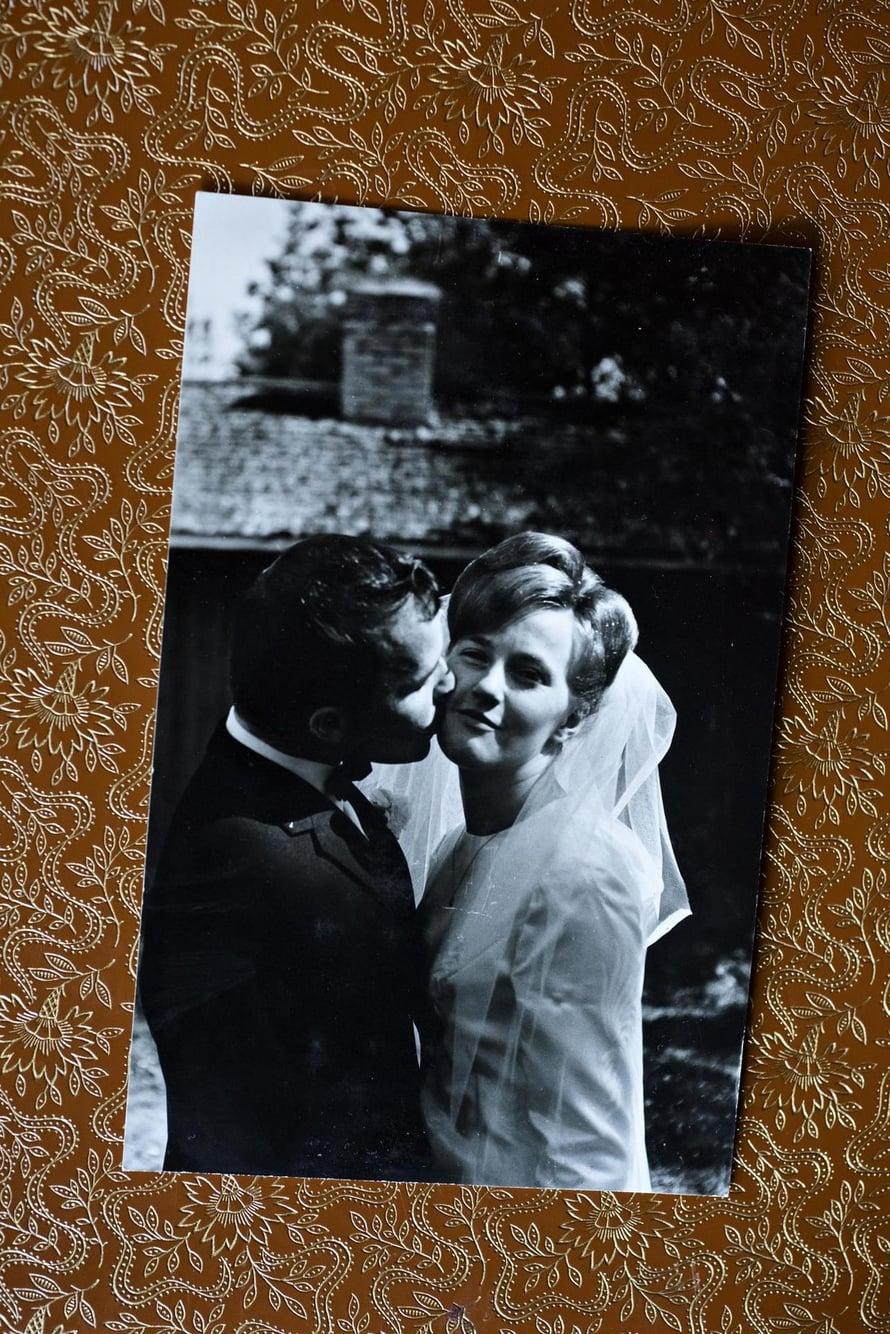 Ensisuukko avioparina. Hääkuva otettiin heti vihkimisen jälkeen 30.7.1967.