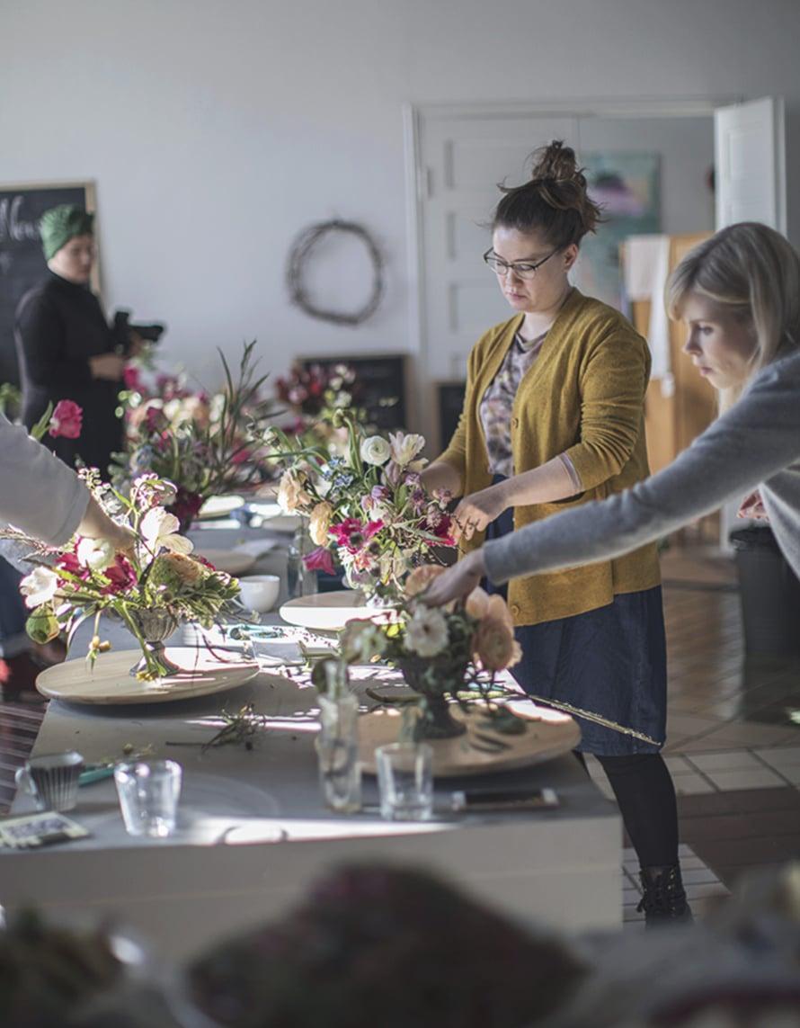 Asetelmien tekoa. Taiteellisen kukka-asetelman luominen ei vaadi aiempaa kokemusta kukista. Vuosien varrella olen nähnyt kymmeniä asetelmia ja jokainen on onnistunut ja tekijänsä näköinen! Kuva Kreetta Järvenpää.