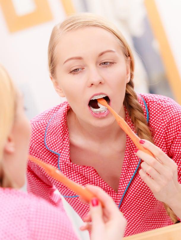 Hankaavat hammastahnat ovat lääkärin mukaan ongelmallisia, koska ne voivat naarmuttaa hampaan kiillettä.