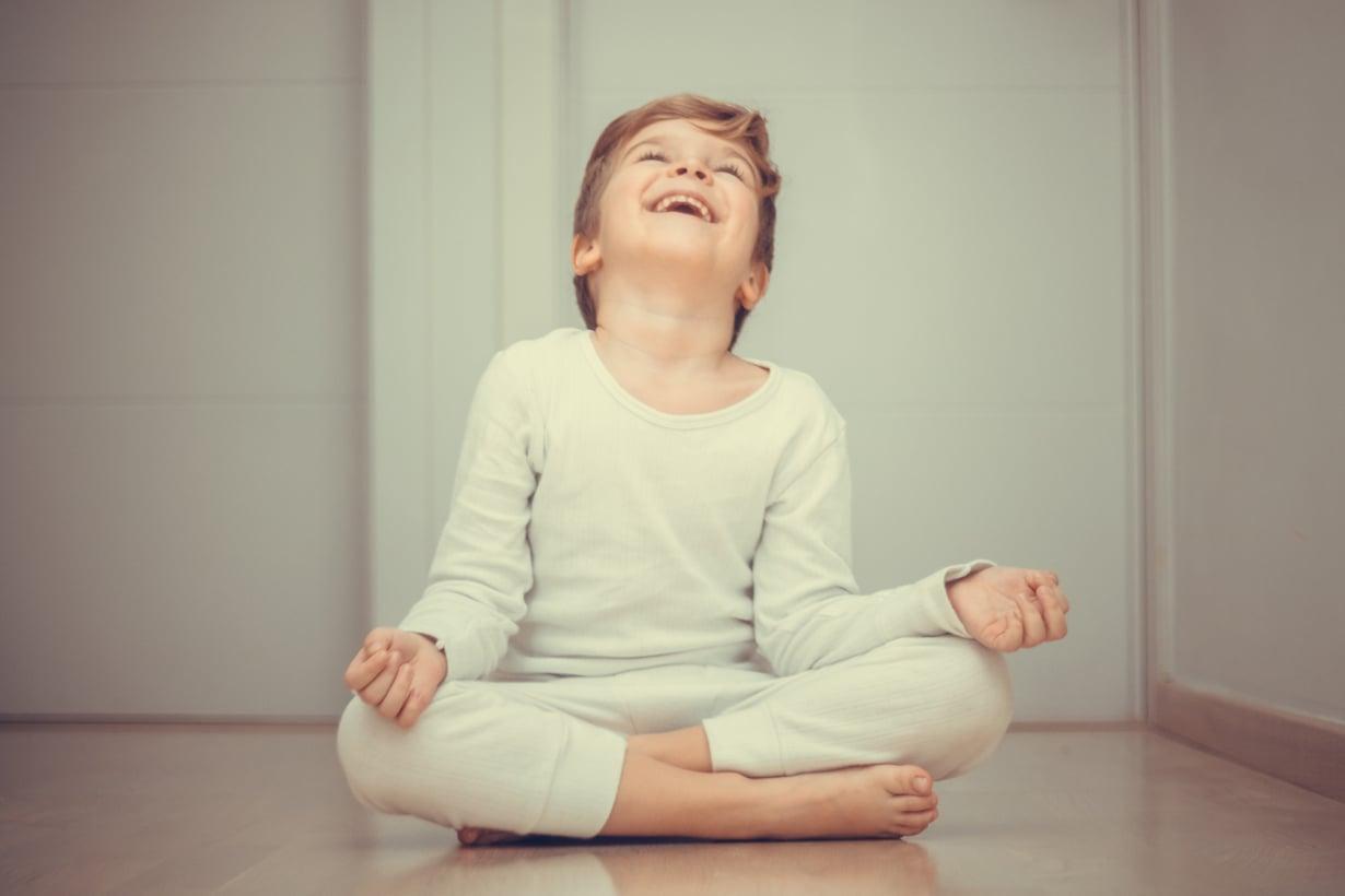 Helpot harjoitukset voivat saada riehuvan lapsen rauhoittumaan. Ei haittaa, jos välillä menee nauruksi!