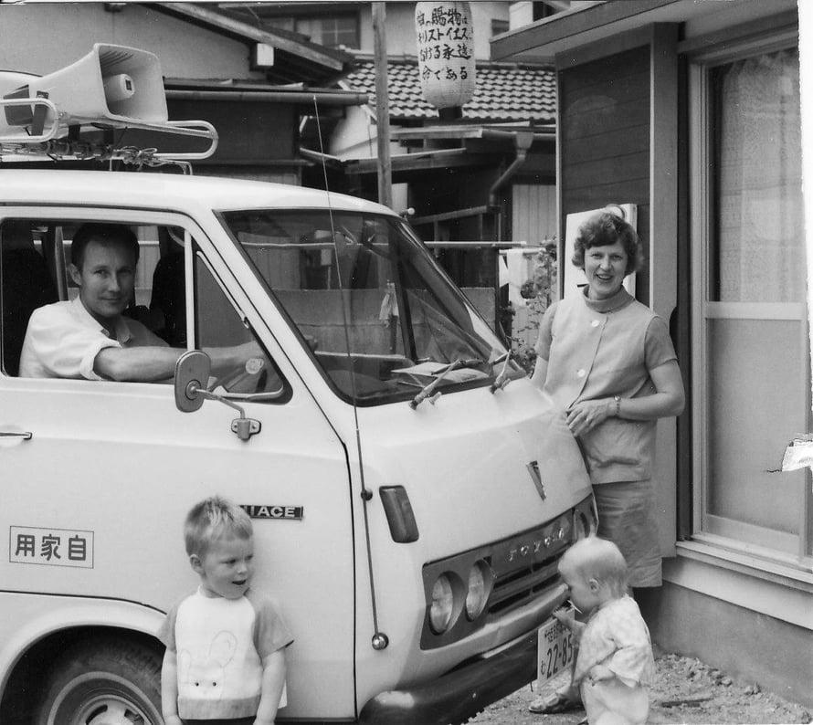 1970-luvulla Juutilaiset asuivat Kakogawan kaupungissa, kuva on kotitalon edestä. Kodin pieni olohuone toimi myös kirkkona. Etualalla Juho ja Marja.