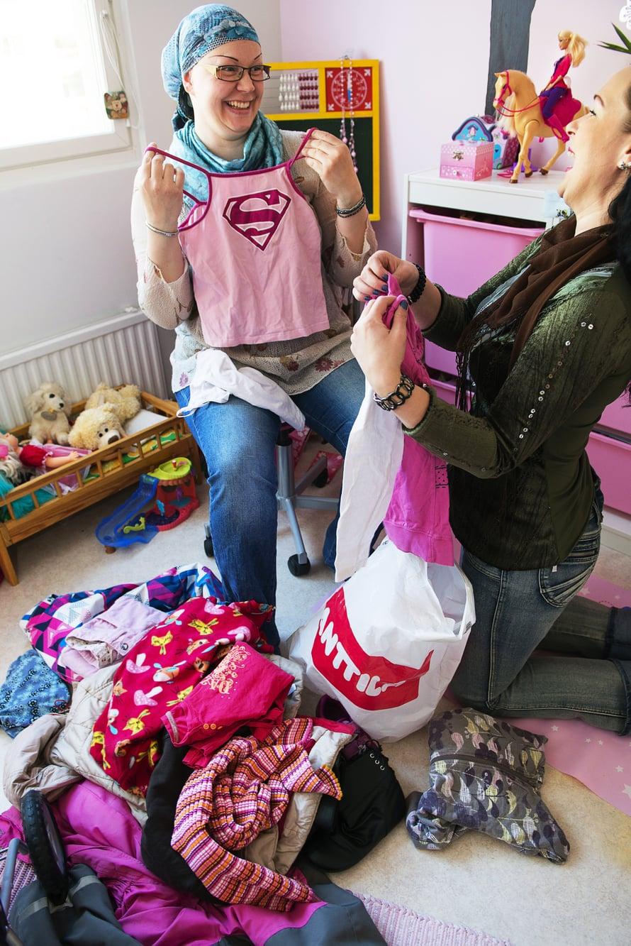Kirsi ja Heli jakavat kaiken, tarvittaessa myös rahansa. Lastenvaatteet he kierrättävät keskenään.