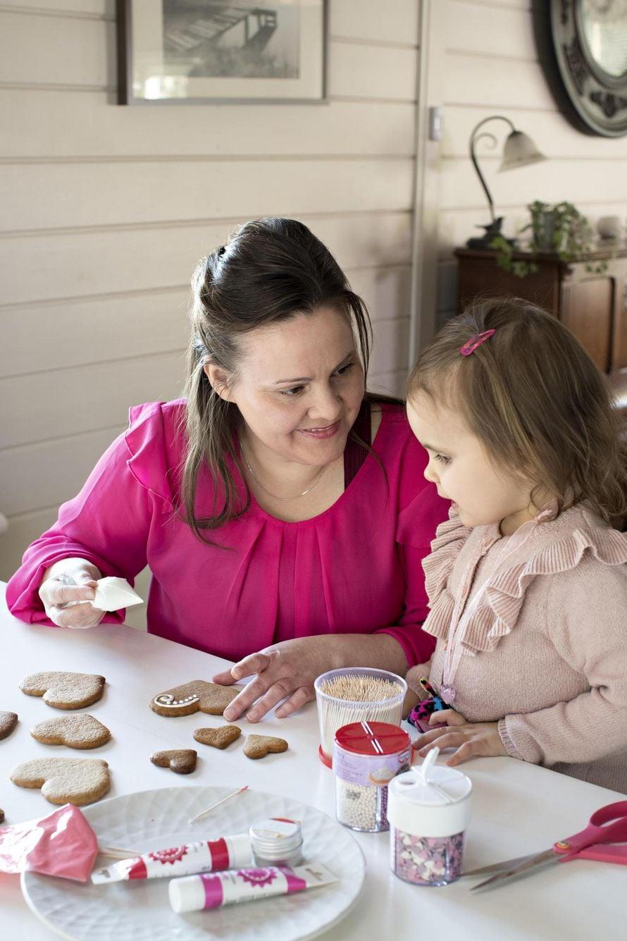 Lähihoitajaopiskelija Salla Kinnunen, 37, asuu Mäntsälässä miehensä Villen, 36, ja seitsemän lapsensa kanssa. Pipareiden lisäksi Salla rakastaa suunnitella kakkuja. Kuopus Elle, 3, on perheen toiseksi innokkain leipuri.