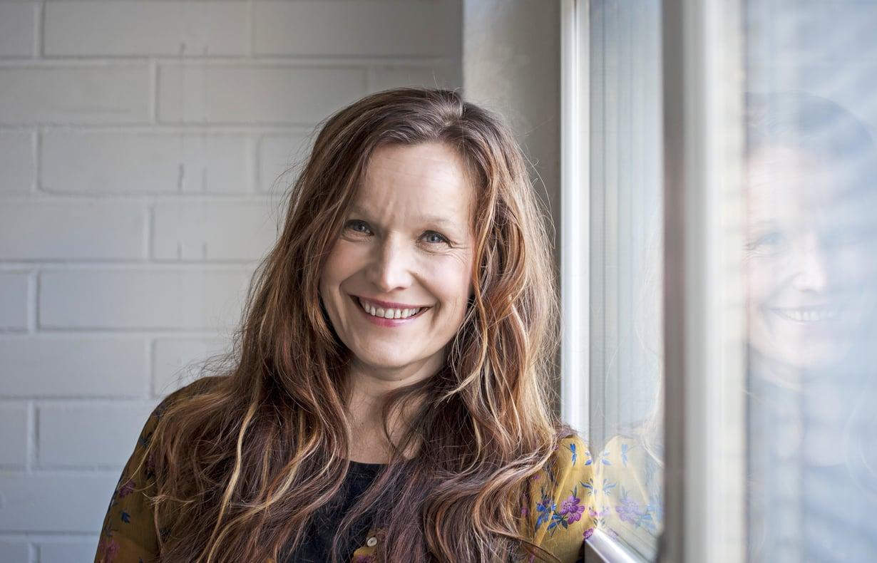 Ohjaaja Johanna Vuoksenmaan uusin ohjaus on Viikossa aikuiseksi. Hän on myös tehnyt sen käsikirjoituksen.