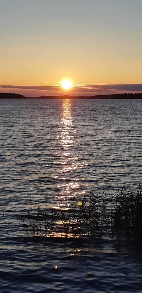 Aurinko laski vasta hetki sitten, ja nyt se jo nousee uudelleen. Tätä maisemaa voin silti tuijottaa ikuisuuksia kyllästymättä siihen ikinä.