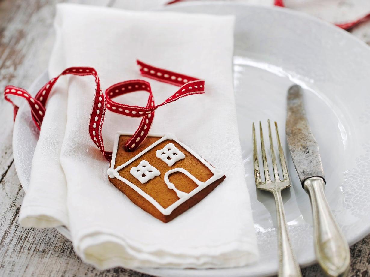 Lautasliinarullan päälle solmitaan sievä rusetti. Piparimökki nautitaan lopuksi jäätelön ja kahvin kera.