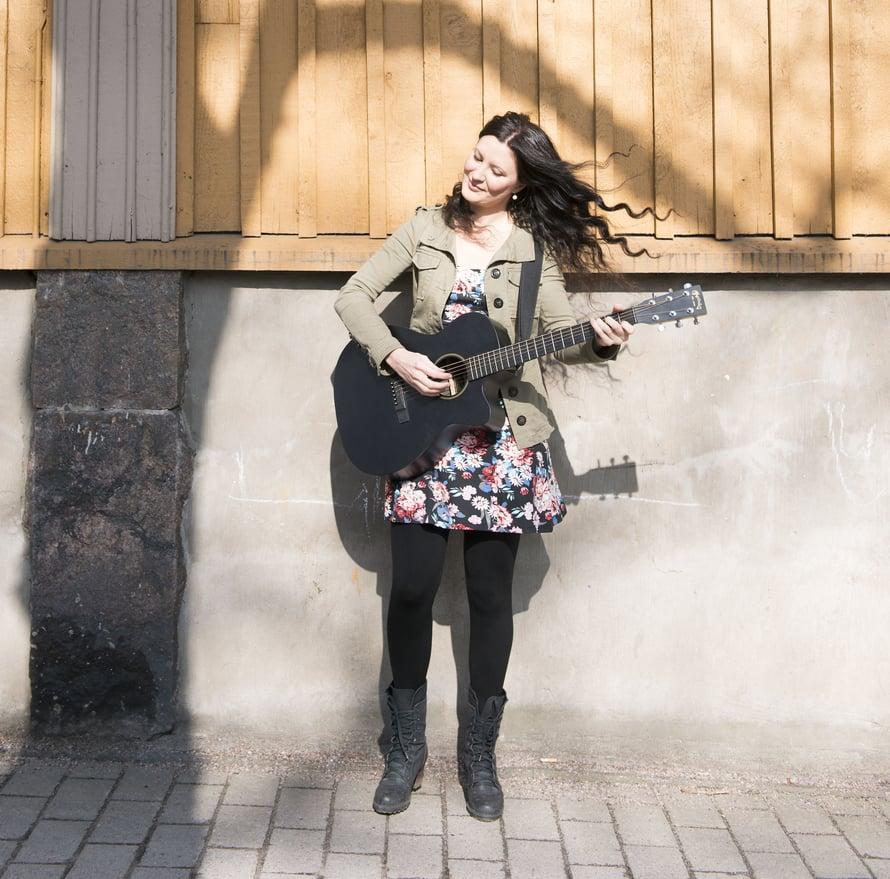 Laulaja-lauluntekijä Anna Kokkonen, 33, asuu Helsingissä miehensä Jarkon kanssa. Anan tekee musiikin ohella opettajan sijaisuuksia. Hänestä tuntuu ihmeelliseltä kuulal omia laulujaan radiosta.