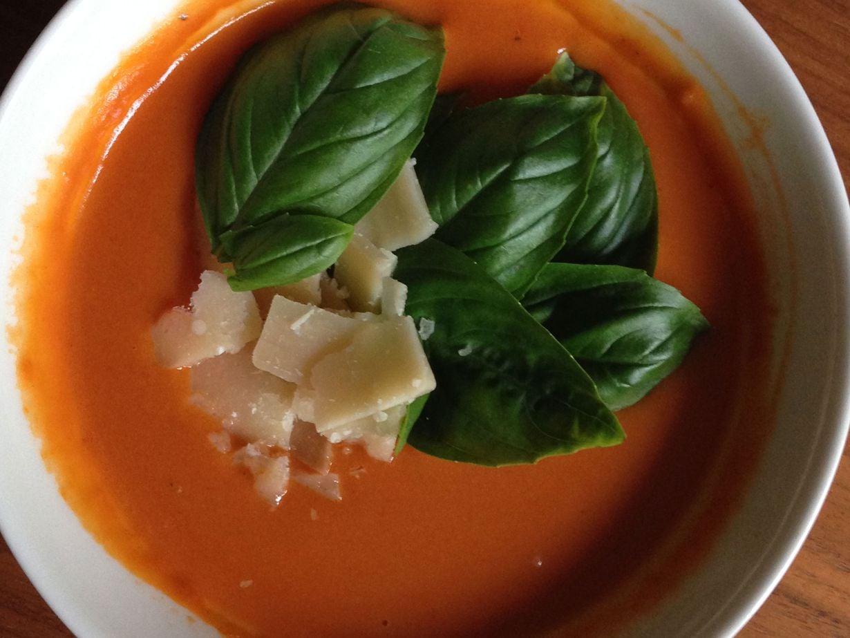 Ihanan täyteläinen tomaattikeitto on täydellinen ruoka: sitä on helppo valmistaa juhliin, ja se pelastaa arkiruokailun moneksi illaksi riittoisuudellaan.
