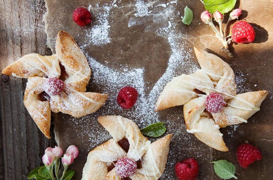 Tuorejuusto ja marjat tekevät joulutortuista kepeitä. Reseptin löydät jutun lopusta.