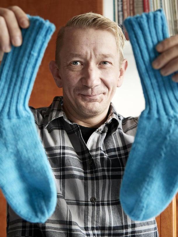 """Tässä ne ovat: Simon ensimmäiset itse neulomat villasukat.  """"En neulo oikeaa ja nurjaa vaan oikeaa ja väärää."""""""