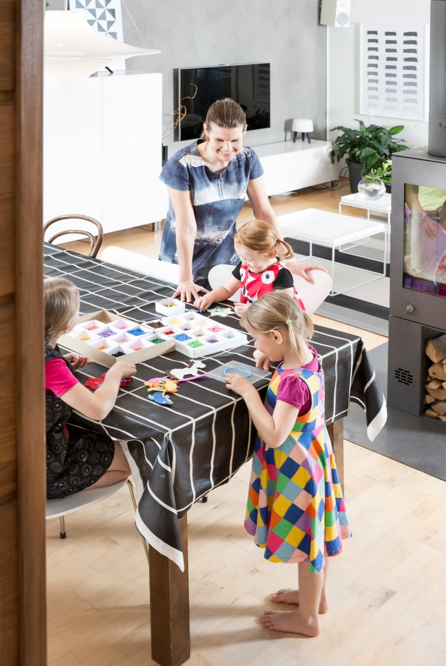 Tytöt askartelevat ja piirtävät mielellään ruokapöydän ääressä. Maria-äiti on tykästynyt helppohoitoiseen vahakangasliinaan.