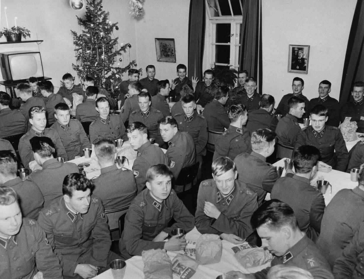 Vuonna 1963 Kaartin pataljoonan joulujuhlassa oli tupa täysi.
