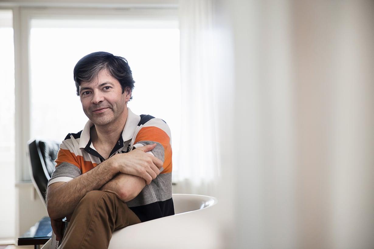 """""""Ihmisen henkinen maailma on paljon isompi kuin fyysinen"""", sanoo helsinkiläinen Sakari Oka, 53."""