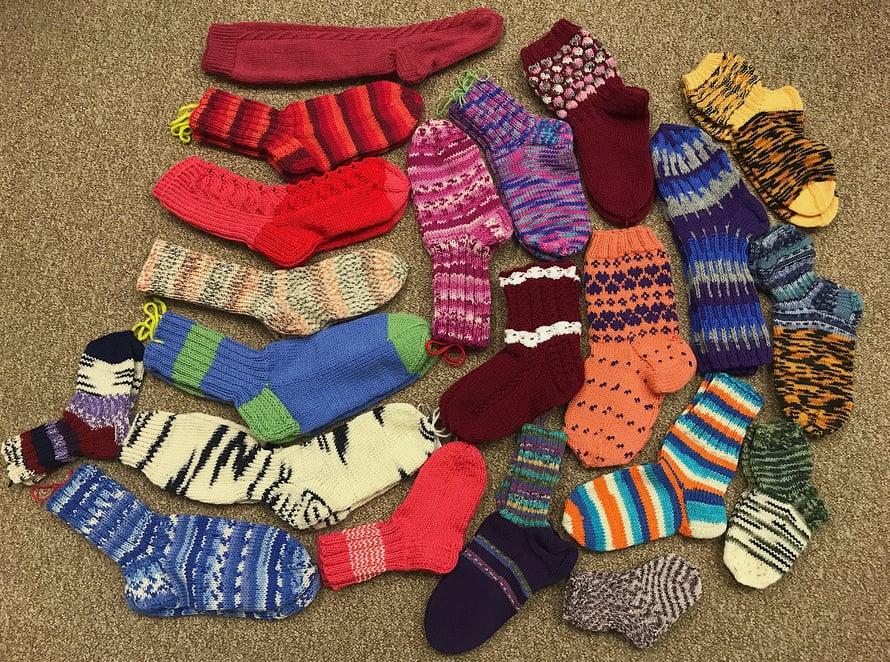 Muun muassa tällaisia sukkia Kodin Kuvalehden lukijat lähettivät.