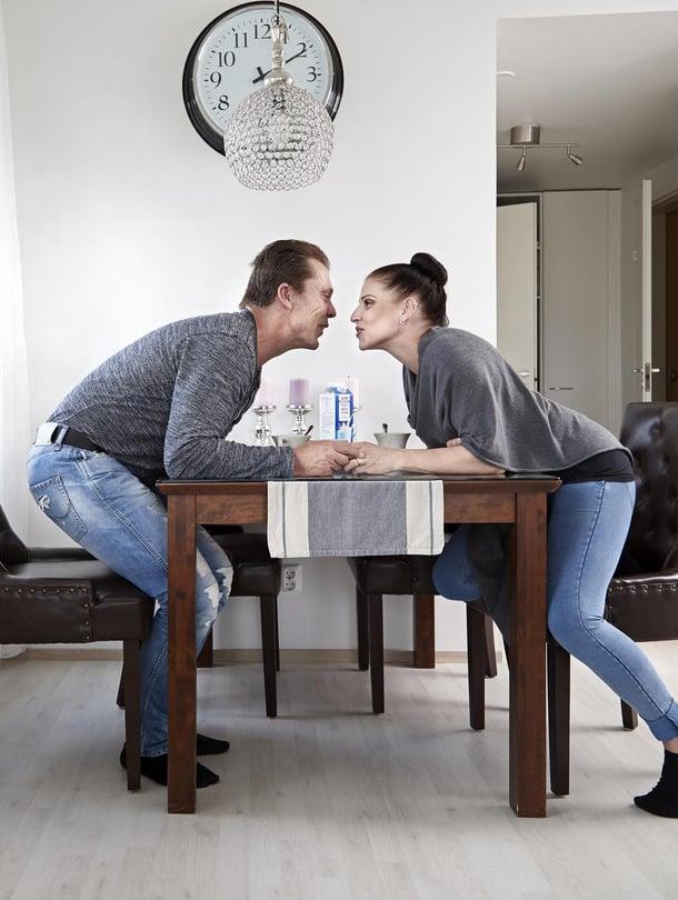 Yrittäjä Reijo Karjalainen, 50, ja lähihoitaja Krista Karjalainen, 41, asuvat Espoossa. Parin 19-vuotiaat kaksostytöt Saara ja Sarianne asuvat omassa asunnossa viereisessä kerrostalossa.