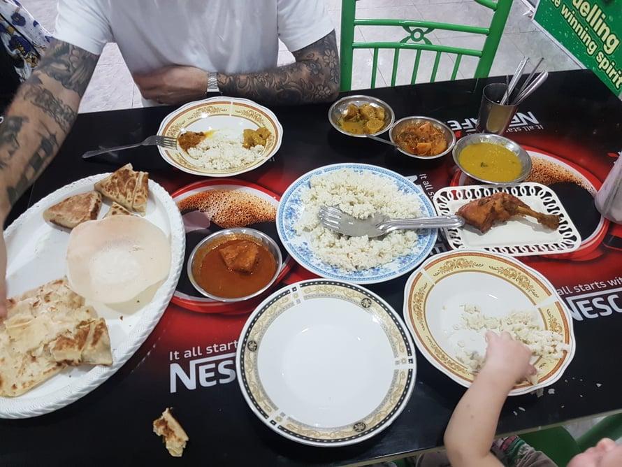 Vaatimattoman näköisissäkin kahviloissa voi olla mieletöntä ruokaa. Jos kysyt paikallista 'muslimiravintolaa', pääset herkuttelemaan curreilla, hoppersletuilla ja sen seitsemän sortin lisukkeilla, jotka tulevat pöytään osana annosta, joten varo tilaamasta liikaa ruokaa. Nämä kaikki tulivat pöytään kun tilasimme yhden kanankoiven, hopperslettuja ja pari samusaa.