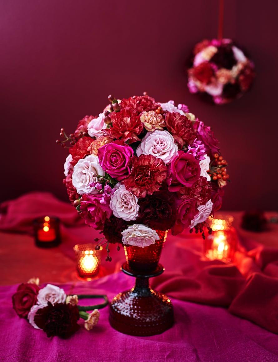 Kukkapallojen pohjana käytettäviä kukkasieniä löydät marketista tai askartelukaupasta.