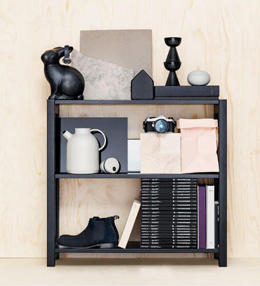 VILLI JA VAPAA. Lundian pikkumusta hyllysopii myös vapaasti lattialla seisovaksi tilanjakajaksi.Reissunaisen hylly on helppo purkaa ja koota tai tarvittaessa jatkaa sivusuunnassa.Mustalakattu matala Classic-avohylly 301 e, Finnish Design Shop.