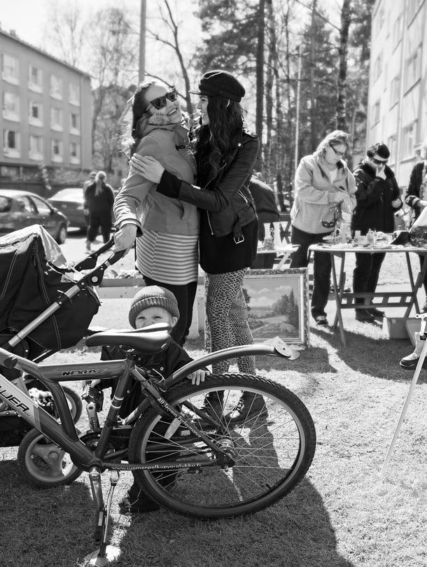 Sisarusten vanhemmat ovat tatuoija–yrittäjä Wilma Schlizewski ja valokuvaaja Jukka Mykkänen.