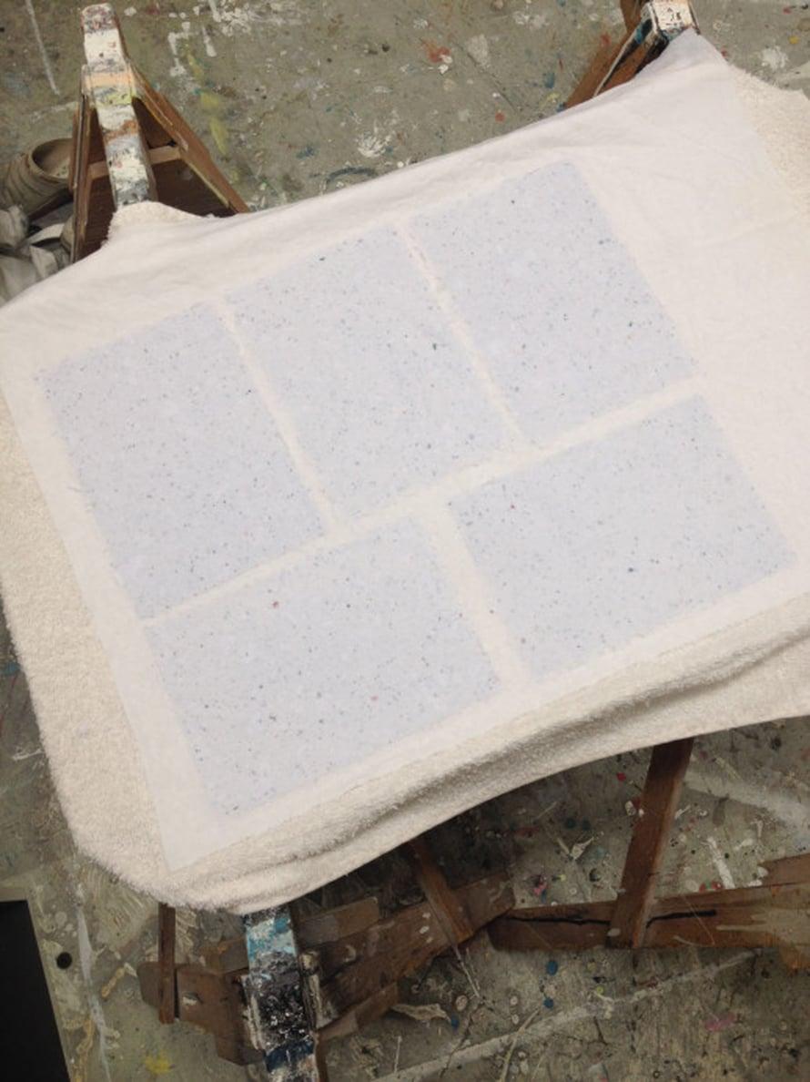 Anna paperiarkkien kuivua yön yli kankaan päällä. Kuivana ne irtoavat kankaasta. Jos teet paljon arkkeja kerralla, voit siirtää märät lakanat pahvilevyjen päälle kuivumaan. Irrota kuivat arkit kankaasta. Jos haluat arkeista sileitä laita ne kuivuttuaan kirjapinon alle painoon.