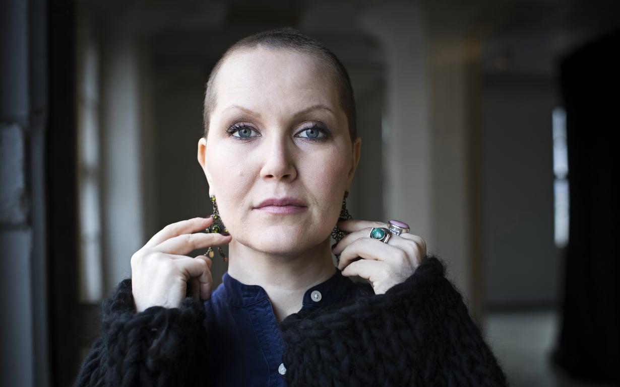 Laulaja ja lauluntekijä Astrid Swan, 35, asuu Helsingissä tuottajapuolisonsa ja viisivuotiaan lapsensa kanssa. Muusikon työn lisäksi Swan työstää väitöskirjaa sekä ensi keväänä julkaistavaa teoskokonaisuutta syöpäkroonikon elämästä.