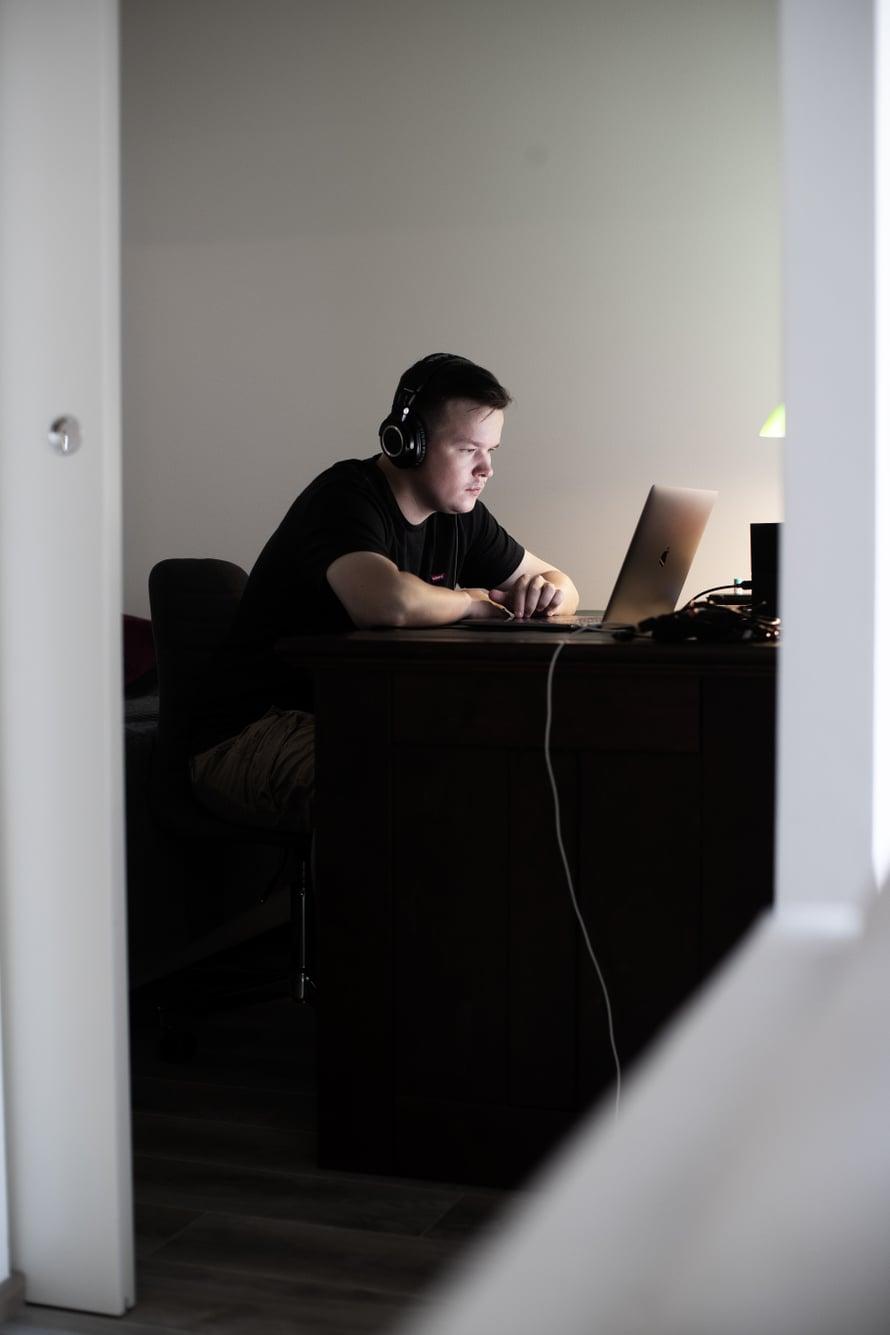 Sami Kieksin elämässä on ollut myös vaiheita, jolloin hän olisi saattanut hyvinkin jäädä kotiin tietokoneen ääreen. Jäädä syrjään.