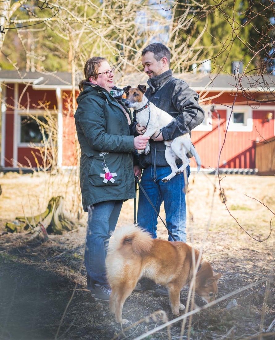 """Marialla ja Mikalla on sinun, minun ja meidän koiria. """"Meidän Alli on kaverikoirana vanhuksille. Busteri on Mikan metsästyskoira."""