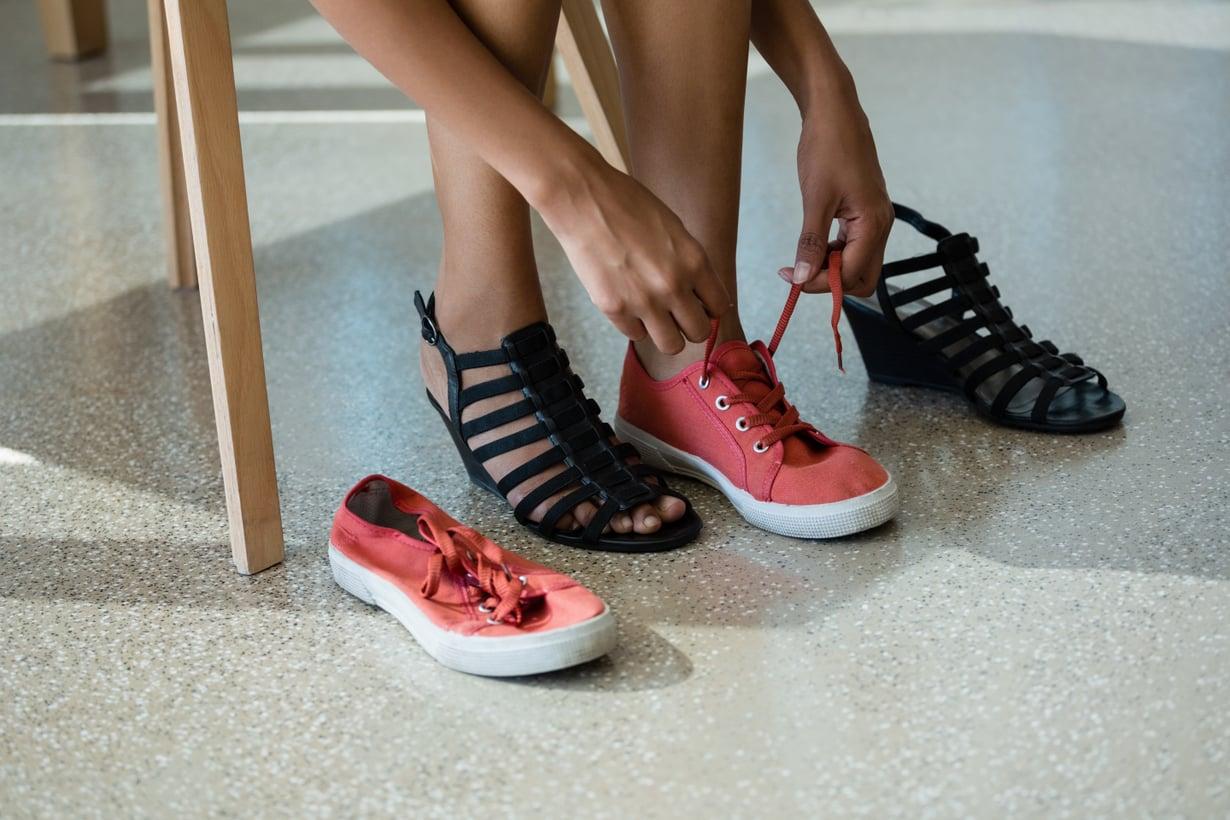 Kengissä on hyvä olla nauhat tai jokin muu kiinnitys, jotta ne istuisivat napakasti jalkaan.
