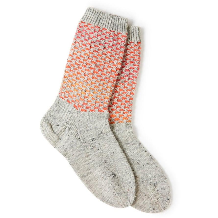 Sukissa pitää olla joku juju. Näyttävän varren lisäksi jalkaterän kavennusten vierestä löytyy ainaoikein-kolmiot.