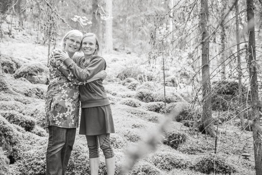 """""""Äiti auttaa aina, kun joku ei pysty puolustamaan itseään"""", Anni sanoo Outi-äidistään, jolta hän on perinyt myös rakkauden kirjoihin ja luontoon."""