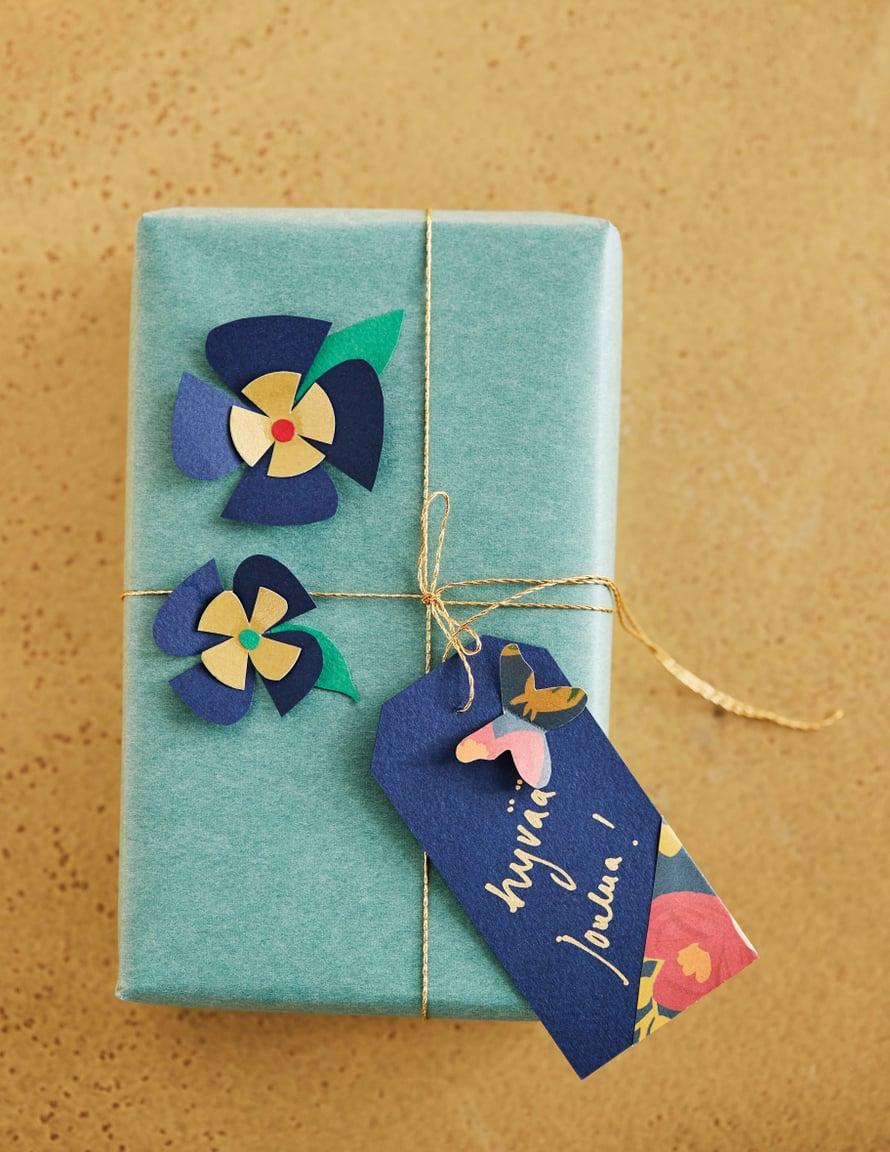 Yksiväristä pakettia piristävät helpot, värikkäät kukat. Kultalanka Sinelli.