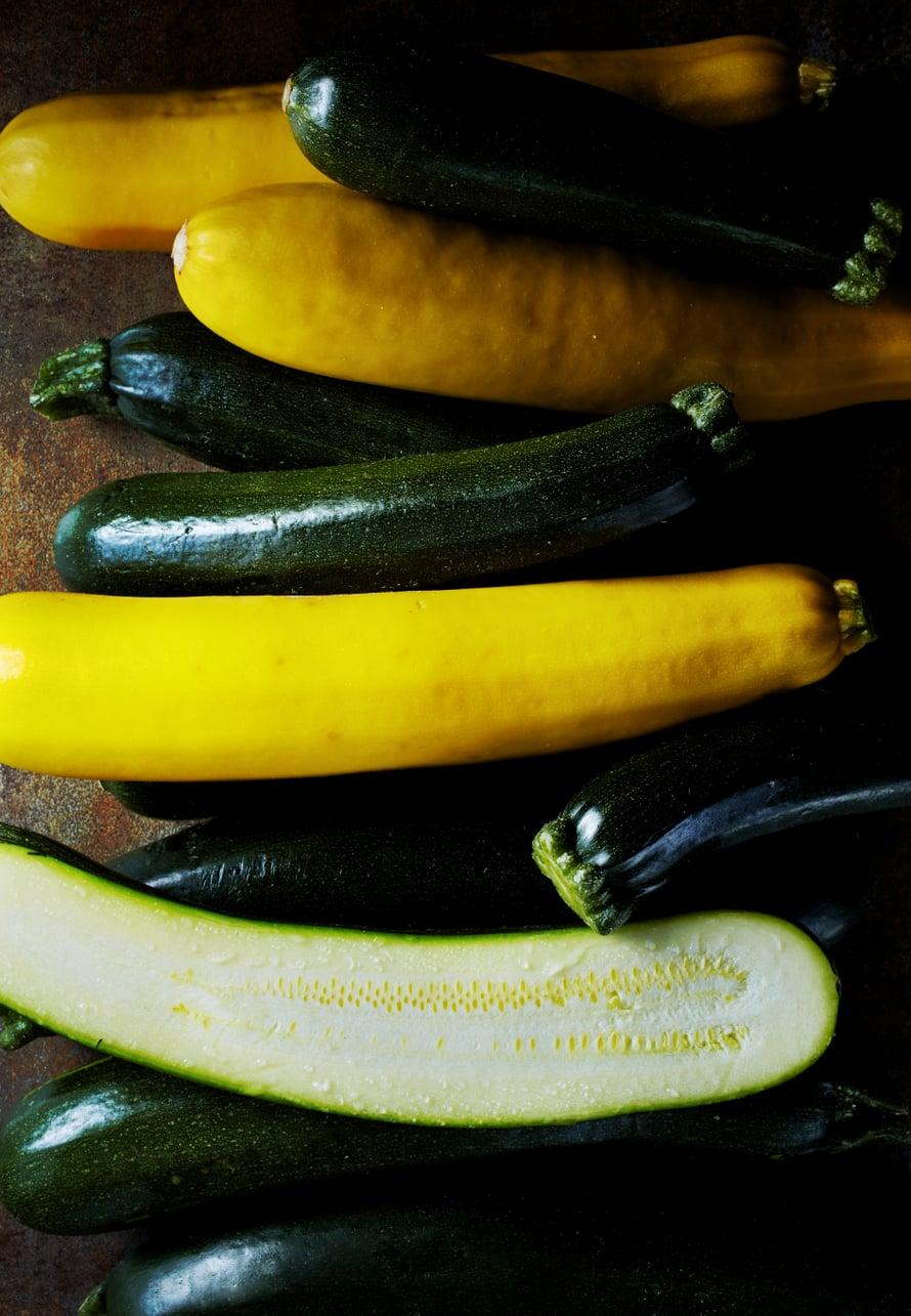 Kesäkurpitsa on erinomaista raaka-ainetta sekä suolaisiin että makeisiin ruokiin.
