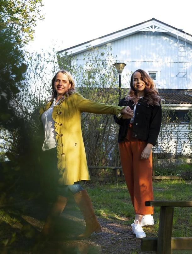 Susan Ruusunen, 49, ja tytär Rosalie Gillberg, 22, ovat tiimi, nyt myös yrittäjinä. Keväällä he perustivat yrityksen, joka ryhtyy valmistamaan ja myymään vegaanileivonnaisia. Arkiaamuisin Rosalie pyöräilee äidin kotiin leipomaan jälkiruokia äidin pyörittämän ateriapalvelun annoksiin. Perjantai-iltoina äidin luona on pitsan ja sohvan vuoro.