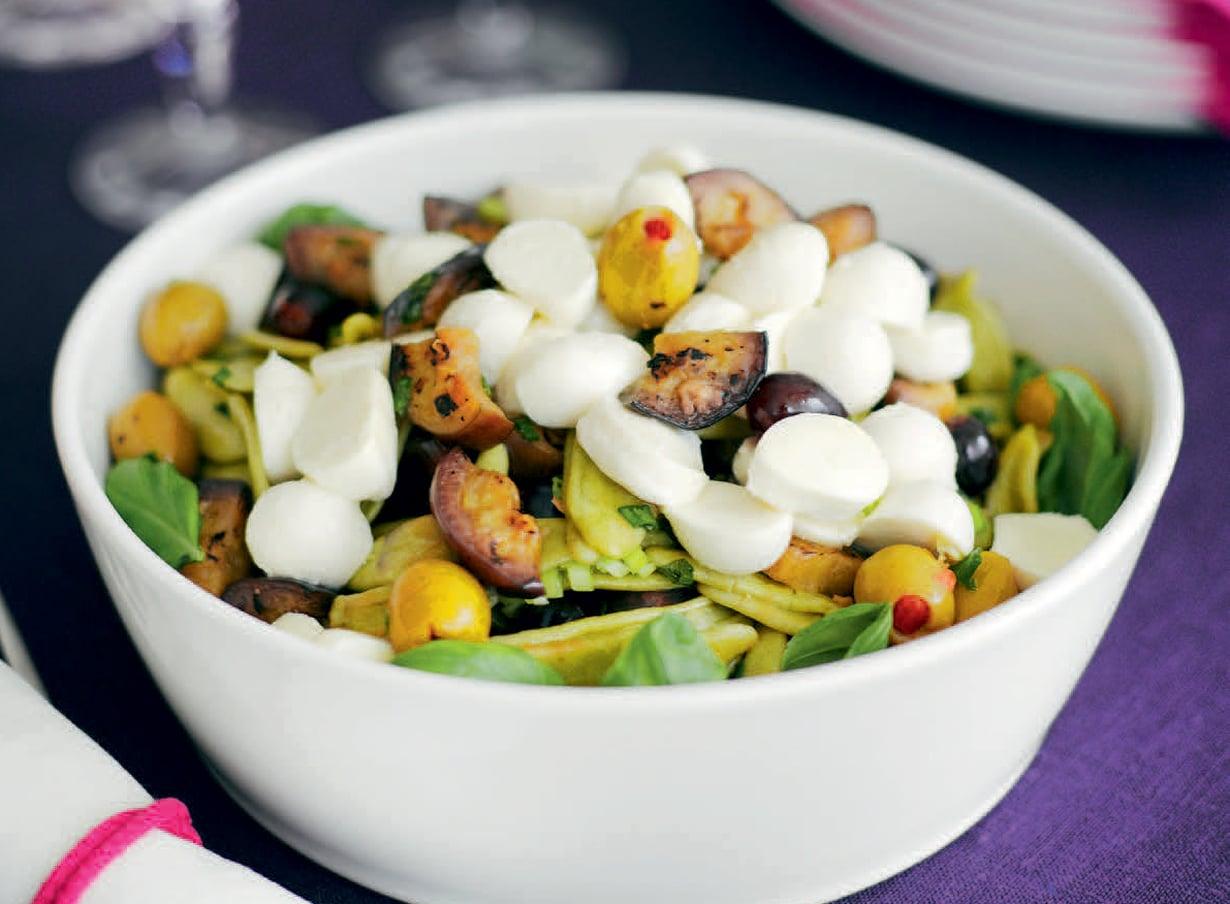 Jugurttikastike maustaa pastasalaatin.