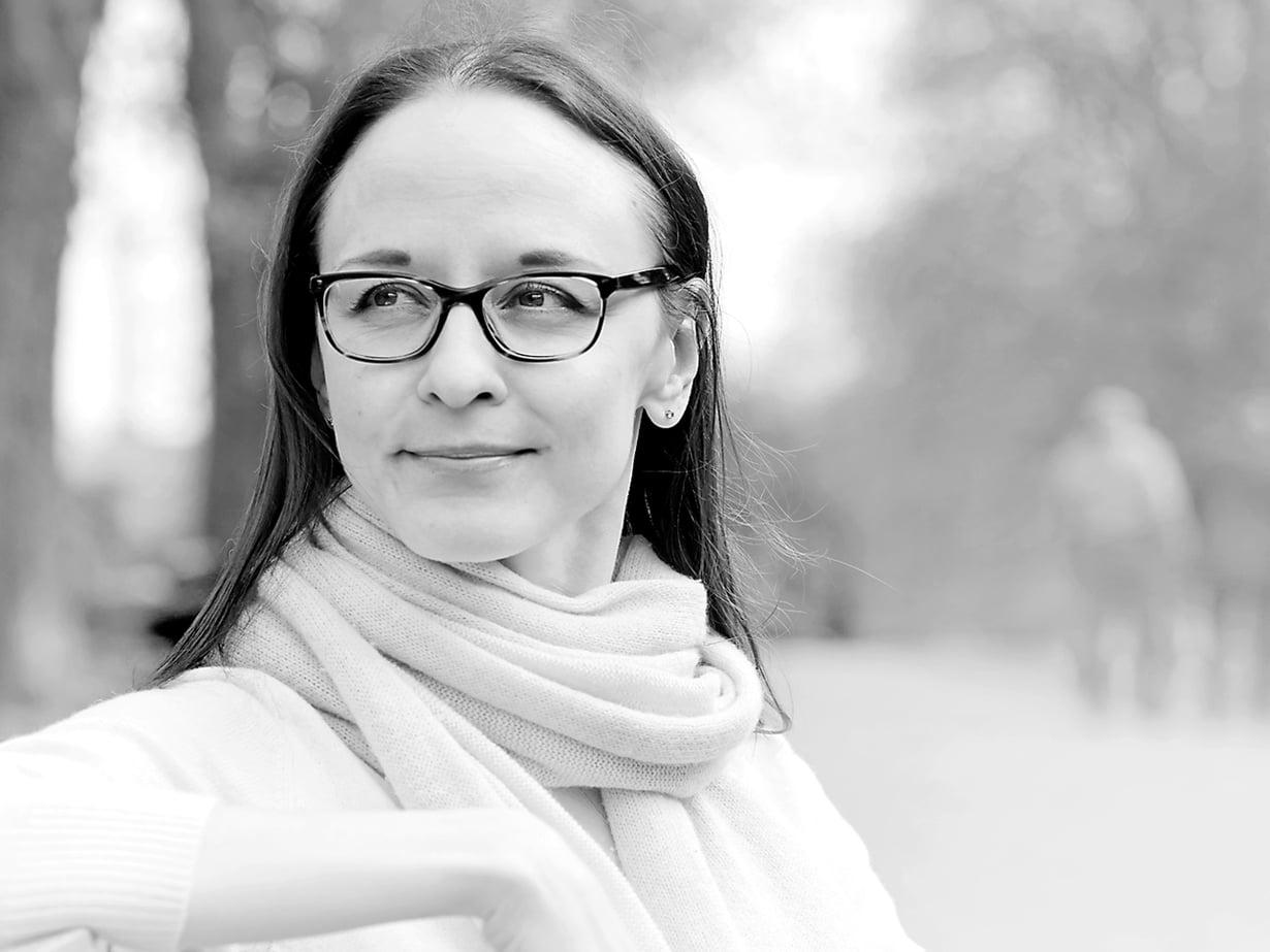 Henrietta Grönlund on 39-vuotias HelsinkiMission kansalaistoiminnan johtaja. Nuorena hän vastusti eläinkokeita. Hänen sisällään asuu pieni punktyttö.