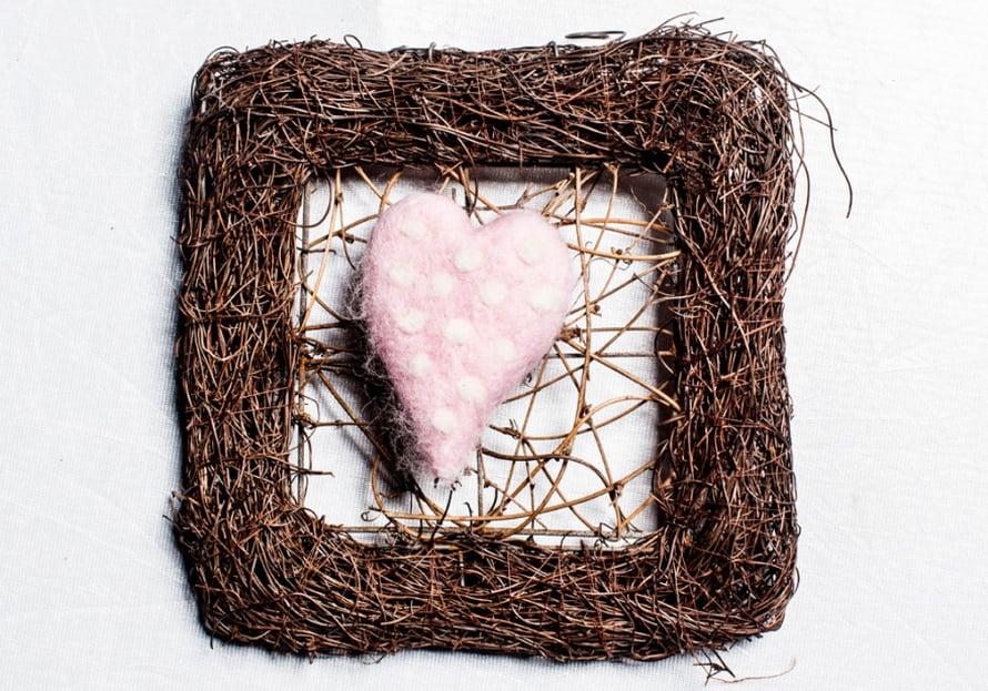 Kranssin vaaleanpunainen sydän on neulahuovutettu.