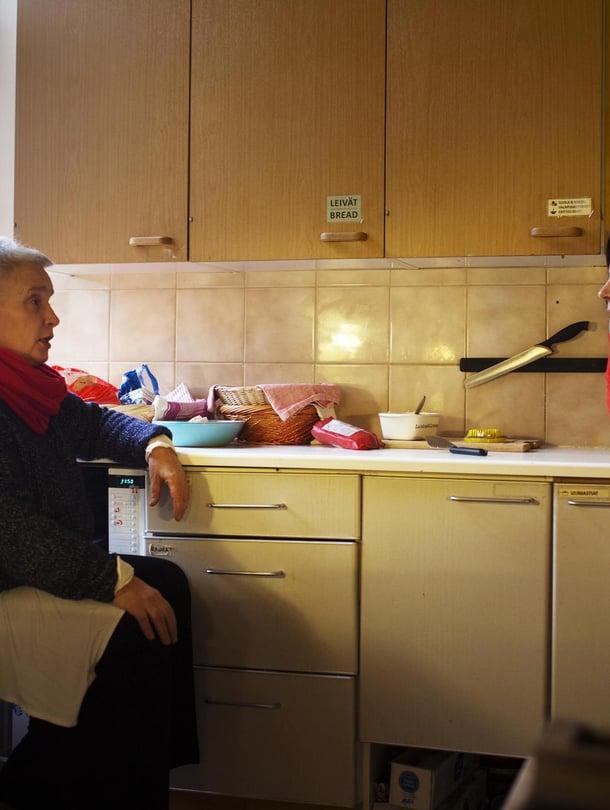 """Annika Arbelius (vas.) tuli majataloon poikansa kuoleman jälkeen. Soile Lehti on majatalon perustajan Daniel Nylundin puoliso. Soile opiskelee psykoterapeutiksi ja viettää päivänsä yhteisön ihmisten kanssa: """"Olen koko ajan kuulolla, miten kenelläkin menee."""""""