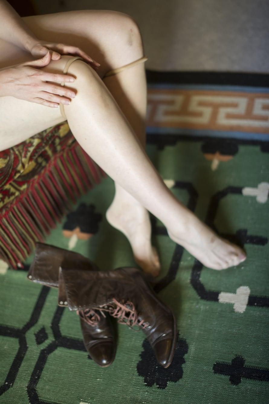 Nauhakenkien sitominen kestää kauan, joten Ane ei käytä niitä joka päivä. Onneksi hänen jalkateränsä on kapea ja kengännumero 38,5. Sellaiseen jalkaan löytyy aitoja vintage-kenkiä.