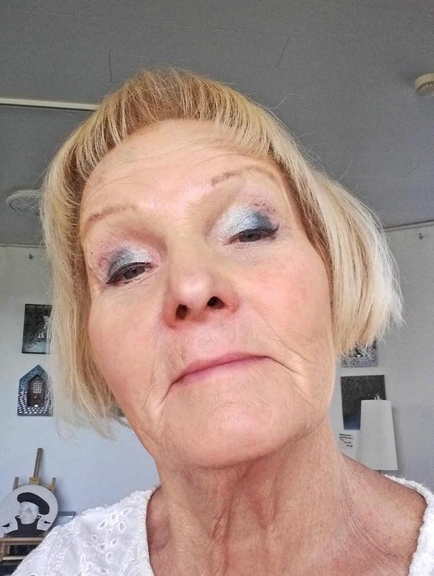 Taiteilija Heljä Liukko-Sundström kertoi Kodin Kuvalehden pyynnöstä päivästään ja otti myös selfien.