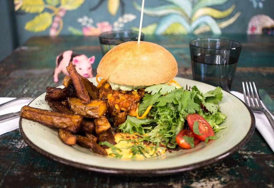 Roots Kitchen on uusi tulokas Hakiksen halliin. Heidän päivittäin vaihtuvat kasvisannoksensa ovat hurjan hyviä, tässä mehukas linssiburger.